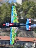 Petr Kopfstein-vliegtuig het vliegen verticaal tegen gebouwenachtergrond royalty-vrije stock afbeelding