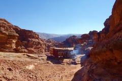 Petra古老被放弃的岩石城市在有地方商店的约旦在背景中 免版税库存图片