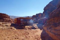 Petra古老被放弃的岩石城市在有地方商店的约旦在背景中 库存图片