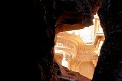 Petra宝库从在岩石之间的一个方面在旱谷芭蕉科, Petra,约旦 库存图片