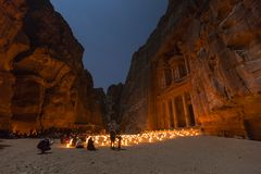 Petra,约旦, 2015年12月24日,财宝, Petra在夜之前 免版税库存图片
