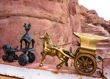 PETRA,约旦, 2011年11月25日:古老铜马和运输车-纪念品在Petra城市 库存照片