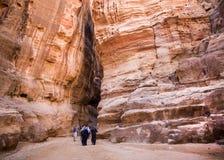 Petra,约旦- 2017年3月9日, :走通过Siq的游人 库存图片