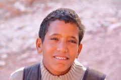 PETRA,约旦- 2010年11月17日:一个年轻流浪的男孩的画象 免版税图库摄影