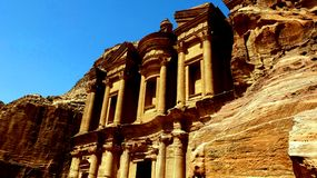 Petra, Ιορδανία 19 04 2014: Άποψη της κατάπληξης πετρών μοναστηριών Deir αγγελιών στη Petra Στοκ Φωτογραφία