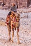 PETRA, ΙΟΡΔΑΝΙΑ - 28 ΑΠΡΙΛΊΟΥ 2016: Βεδουίνο άτομο στην καμήλα Στοκ εικόνες με δικαίωμα ελεύθερης χρήσης