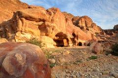 PETRA, ДЖОРДАН: Красочный песчаник на заходе солнца Стоковые Изображения RF
