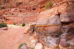 PETRA, ДЖОРДАН: Красочный песчаник с театром на заднем плане Стоковая Фотография