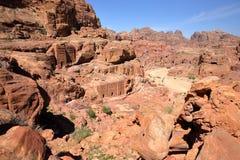 PETRA, ДЖОРДАН: Общий вид Petra с улицей фасадов на заднем плане Стоковое Изображение