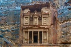Petra财宝大厦雕刻了岩石正面图在一个雨天 新的七奇迹之一 免版税库存照片