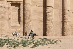 PETRA -约旦2015年12月25日:乘坐驴的阿拉伯男孩 库存照片