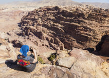 Женщины принимают фото на высоком месте поддачи Petra Иордан Стоковая Фотография