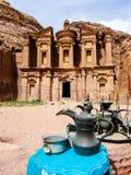 Petra, bedouin kruiken en kruiken voor het Klooster jordanië Stock Afbeeldingen