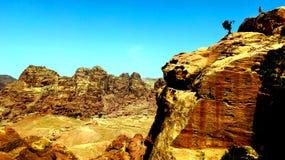 PETRA, Giordania 19 04 2014: Vista da sopra al deserto del canyon dei wadi a meraviglia di pietra nel PETRA fotografie stock libere da diritti