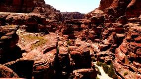 PETRA, Giordania 19 04 2014: Vista da sopra al deserto del canyon dei wadi a meraviglia di pietra nel PETRA immagine stock