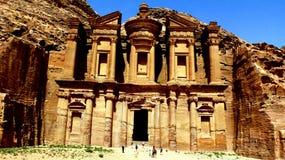 PETRA, Giordania 19 04 2014: Vista da sopra a meraviglia della pietra del monastero di Deir dell'annuncio nel PETRA fotografie stock libere da diritti