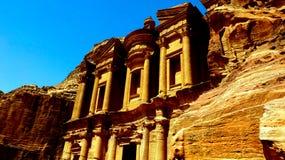 PETRA, Giordania 19 04 2014: Vista da sopra a meraviglia della pietra del monastero di Deir dell'annuncio nel PETRA fotografia stock libera da diritti