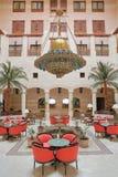 PETRA, JORDÂNIA - 12 DE MARÇO DE 2016: O vestíbulo magnífico do pátio do hotel em PETRA, Jordânia de Movenpick, situado na entrad fotografia de stock royalty free