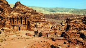 PETRA, Jordânia 19 04 2014: Ideia de cima da maravilha da pedra do monastério de Deir do anúncio em PETRA Fotografia de Stock Royalty Free