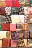 PETRA, JORDÂNIA: Lenços tradicionais Keffiyeh na venda foto de stock royalty free