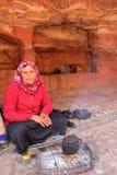 PETRA, JORDÂNIA, O 12 DE MARÇO DE 2016: Retrato de uma mulher beduína que prepara o chá fotos de stock