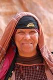 PETRA, JORDÂNIA, O 12 DE MARÇO DE 2016: Retrato de uma mulher beduína vestida agradavelmente imagens de stock royalty free