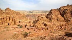 PETRA, JORDÂNIA: Vista geral com o monastério Al Deir à esquerda fotos de stock royalty free