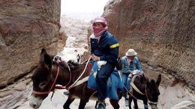 Petra, Jordanië - 2019-04-23 - de ezels van de toeristenrit aan klooster 1 stock video