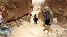 Petra, Jordanië - 2019-04-23 - de ezels van de toeristenrit aan klooster 2 stock videobeelden
