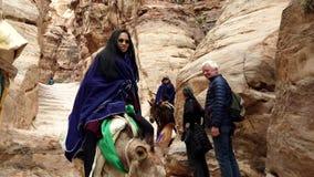 Petra, Jordanië - 2019-04-23 - de ezels van de toeristenrit neer van klooster stock video