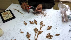 Petra, Jordanië - 2019-04-20 - mozaïek 1 - de kunstenaars lijmt stukken voor bloemplaque stock videobeelden