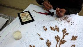 Petra, Jordanië - 2019-04-20 - mozaïek 2 - de kunstenaars lijmt stukken voor bloemplaque stock footage