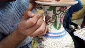 Petra, Jordanië - 2019-04-20 - Mozaïek 6 - de Kunstenaars snijdt Decoratie op Vaas stock video