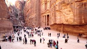 Petra, Jordanië - 2019-04-23 - toeristen wandelt voor schatkist 2 stock footage