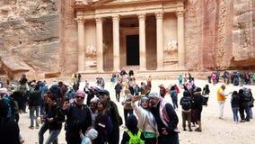 Petra, Jordanië - 2019-04-23 - Toeristen wandelt voor Schatkist 1 stock footage