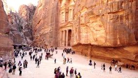 Petra, Jordanië - 2019-04-23 - toeristen wandelt voor schatkist van hoge voordeel 1 stock footage