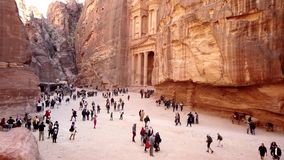 Petra, Jordanië - 2019-04-23 - toeristen wandelt voor schatkist van hoge voordeel 2 stock footage