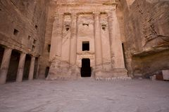 Petra Jordanië van het Graf van de Urn stock afbeeldingen
