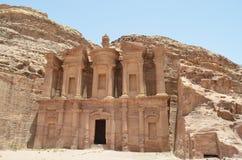 Petra Jordania forntida byggnad över bergen Arkivbilder