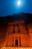 Petra, Jordania przy nocą zaświecał księżyc Fotografia Stock
