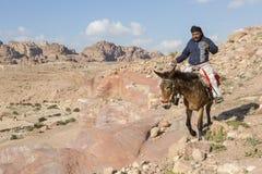"""PETRA, Jordanien-†""""am 24. Dezember 2015: Beduinischer Mann, der ein Pferd reitet Lizenzfreie Stockfotos"""