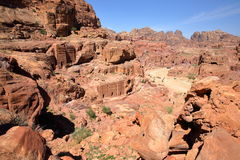 PETRA JORDANIEN: Allmän sikt av Petra med gatan av fasader i bakgrunden fotografering för bildbyråer