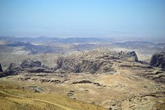 Petra Jordanien - den forntida Nabatean staden i rött naturligt vaggar och med lokala beduiner, UNESCOvärldsarv arkivfoto