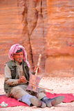 PETRA, JORDANIEN - 11. MÄRZ 2016: Ein beduinischer Musiker, der im äußeren Siq spielt und singt stockbilder