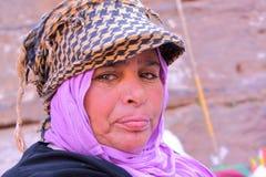 PETRA, JORDANIEN - 17. NOVEMBER 2010: Porträt einer beduinischen Frau mit buntem Kleid stockfotografie