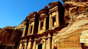 Petra Jordanien 19 04 2014: Sikt av under för sten för annonsDeir kloster i Petra Arkivbild