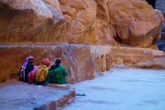 Petra Jordanien - Siq kanjon med lokalt beduinfolk, Petra, Wadi Musa, Mellanösten royaltyfri foto