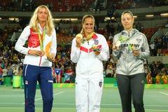 Petra Kvitova CZE L, Monica Puig PUR och Angelique Kerber GER under medaljceremoni efter sista singlar för tenniskvinna` s Arkivbild