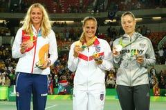 Petra Kvitova CZE L, Monica Puig PUR och Angelique Kerber GER under medaljceremoni efter sista singlar för tenniskvinna` s Fotografering för Bildbyråer