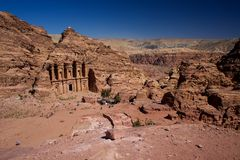 Petra Monastery em Jordânia em Ásia um panorama fotografia de stock